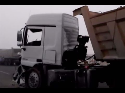 بالفيديو.. تصادم جماعي لعدد من الشاحنات على طريق الرياض – الدمام