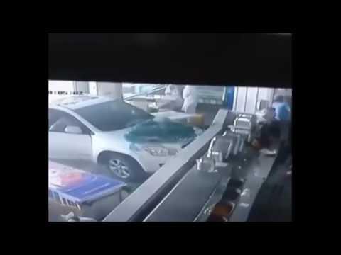 بالفيديو.. لحظة اقتحام سيارة لمطعم بالقطيف ونجاة الزبائن