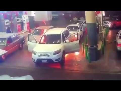 بالفيديو.. شاب ينقذ أمه بعد أن احترقت سيارتهم فجأة في محطة وقود