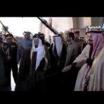 شاهد … الملك سلمان وامير الكويت يشاركان في اداء العرضة