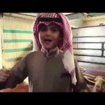 """بالفيديو.. طفل كويتي ينحر """"قعوداً"""" احتفاءً بزيارة خادم الحرمين"""