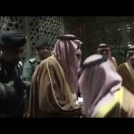 بالفيديو.. محمد بن سلمان ينحني لتقبيل قدم خادم الحرمين لدى توديعه بالمطار